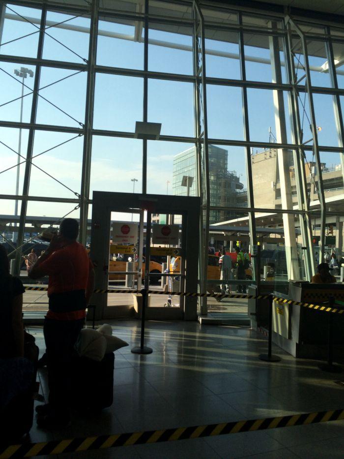 у выхода из аэропорта НЮ